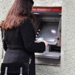 Россияне стали вдвое активнее снимать наличные в банкоматах бесконтактно